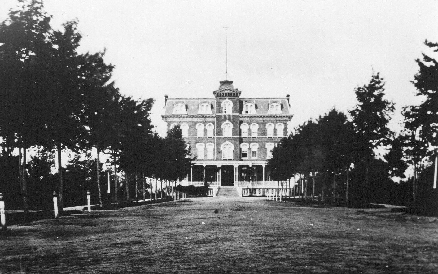 this is the first garden city hotel which opened in 1874 and lasted until 1895 the photo was taken from seventh street looking up what was then called park - The Garden City Hotel